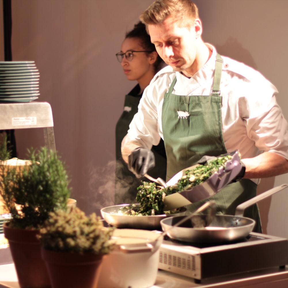Catering Servicekraft bei Speisenzubereitung
