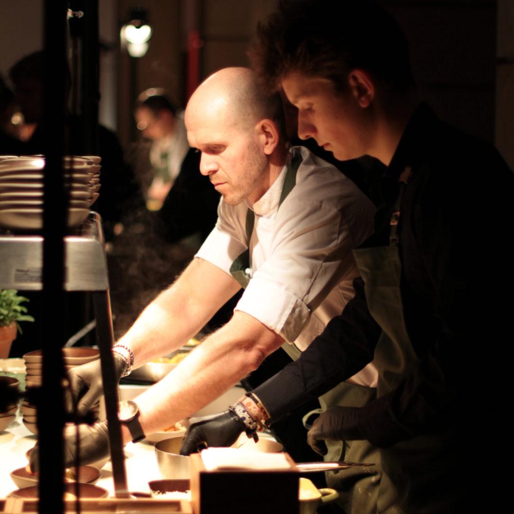Catering Team Hoflieferanten Berlin bei Speisenzubereitung