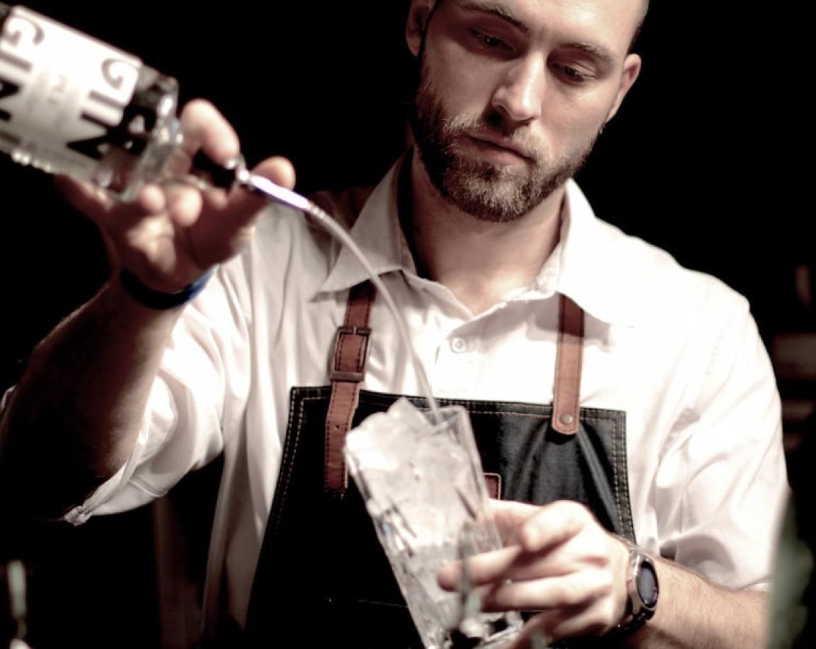 Barkeeper mit Gin im Manoli